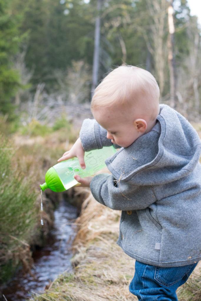 Kleinkind spielt mit ISYbe Kindertrinkflasche