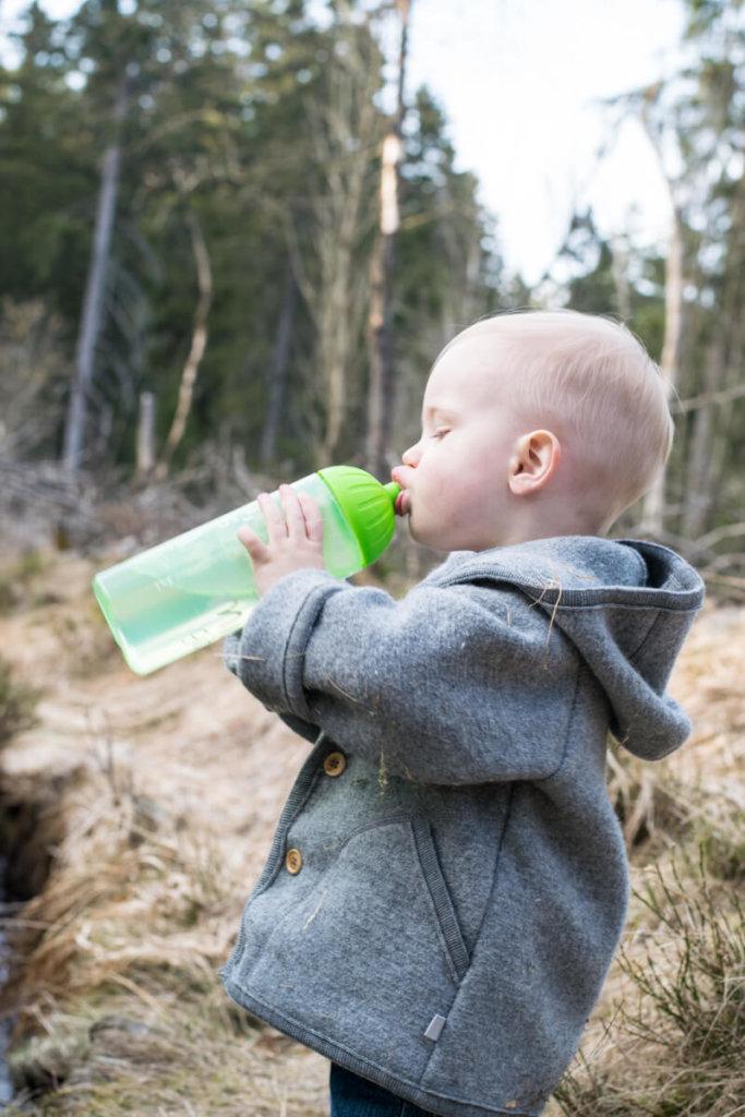 Kleinkind trinkt aus ISYbe Kindertrinkflasche