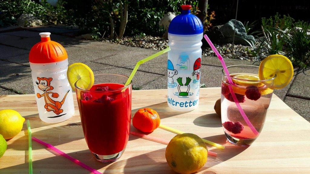 ISYbe Kindertrinkflaschen im Sommer auf der Terrasse